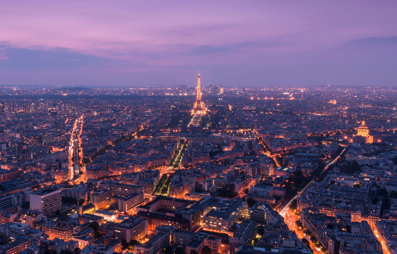 Эйфелева башня и Париж в вечерних огнях
