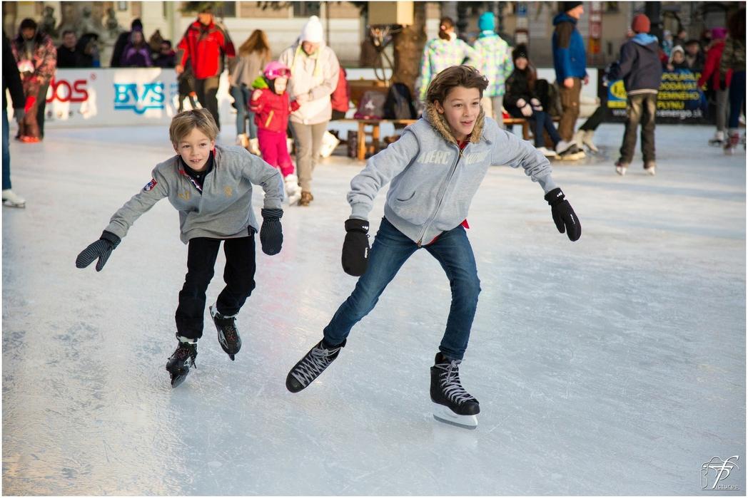 Παιδιά διασκεδάζουν σε παγοδρόμιο.