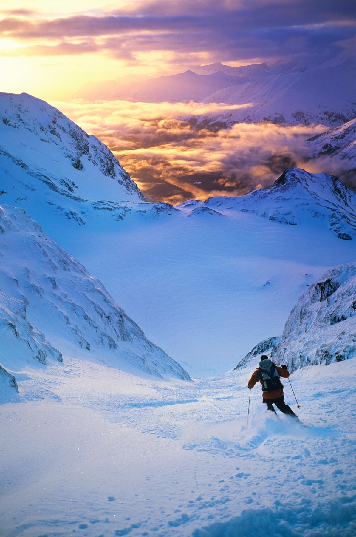 Лыжник в горах на закате. Какие горнолыжные курорты открыты в 2020–2021 годах
