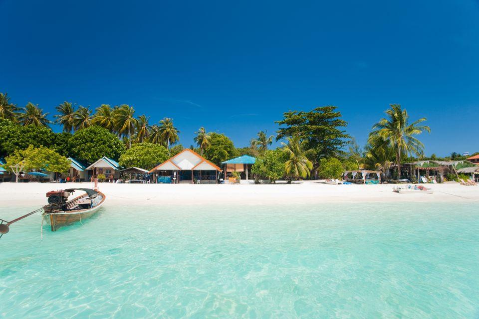 Mπανγκαλόους σε παραλία με φοίνικες και κρυστάλλινα τιρκουάζ νερά στο Koh Lipe, Ταϊλάνδη