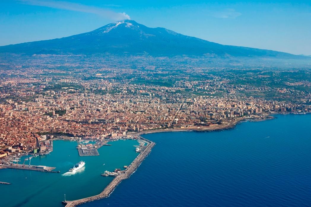 Η Κατάνια της Σικελίας με την Αίτνα στο βάθος - οι καλύτεροι προορισμοί της Ιταλίας