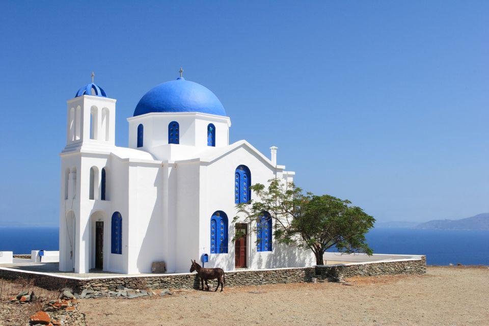 Λευκό εκκλησάκι με γαλάζιο τρούλο και θεά στη θάλασσα, Φολέγανδρος