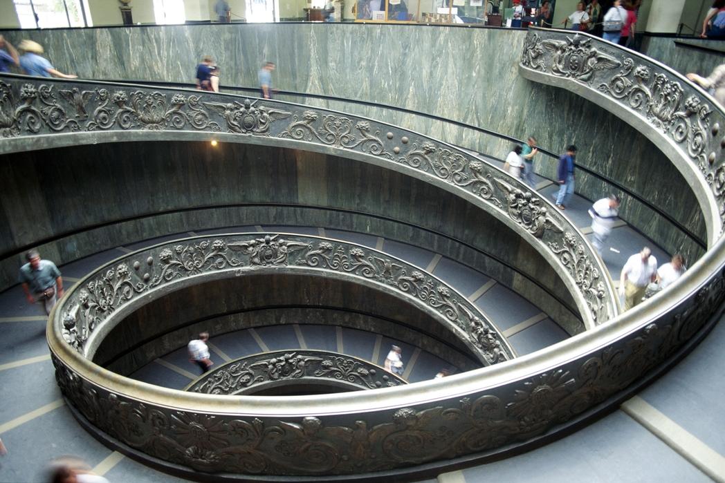 Φιδωτή σκάλα στα Μουσεία του Βατικανού - πού να πάτε στην Ιταλία ανά εποχή