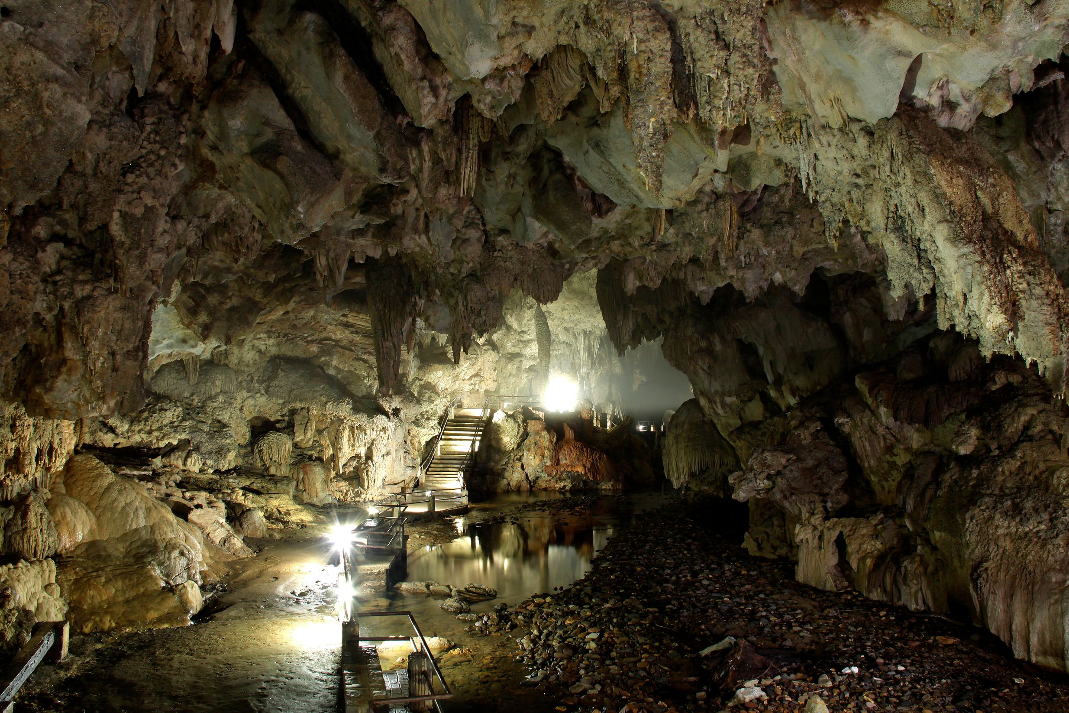 Galeria iluminada da Caverna do Diabo, uma das trilhas em São Paulo mais buscadas.