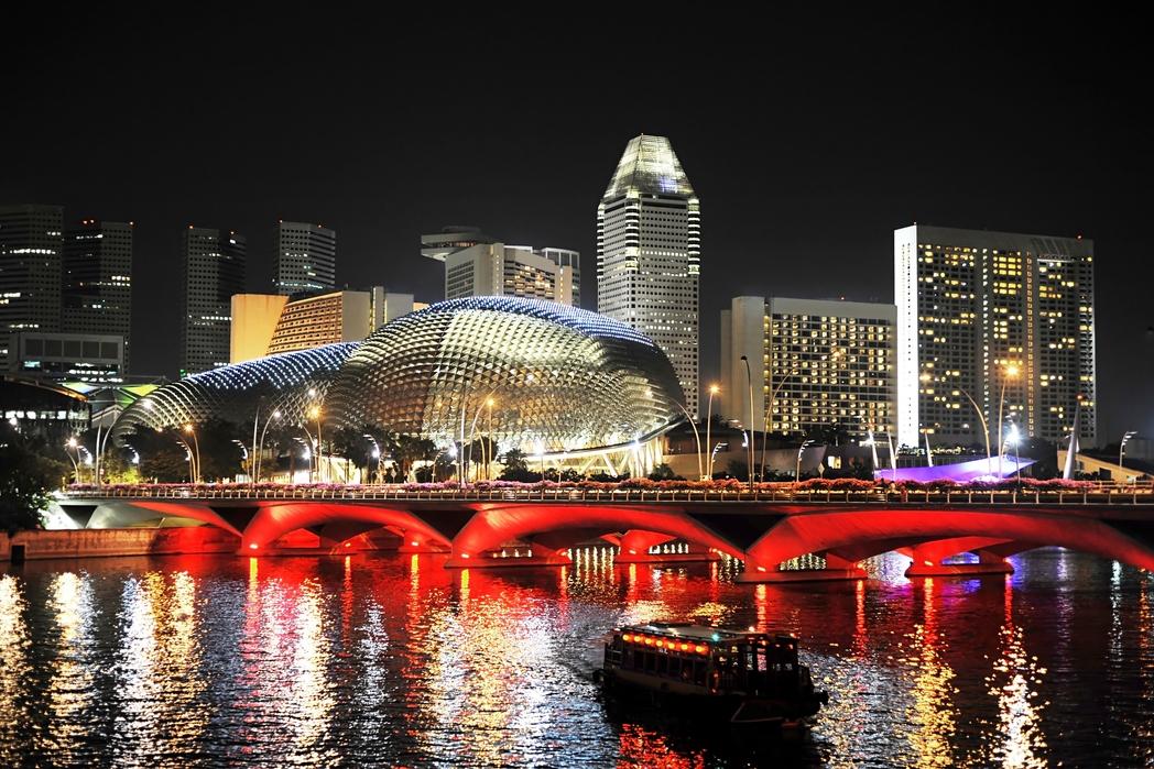 Το Esplanade - Theatres on the Bay φωτισμένο τη νύχτα - πώς να περάσετε 72 ώρες στη Σιγκαπούρη