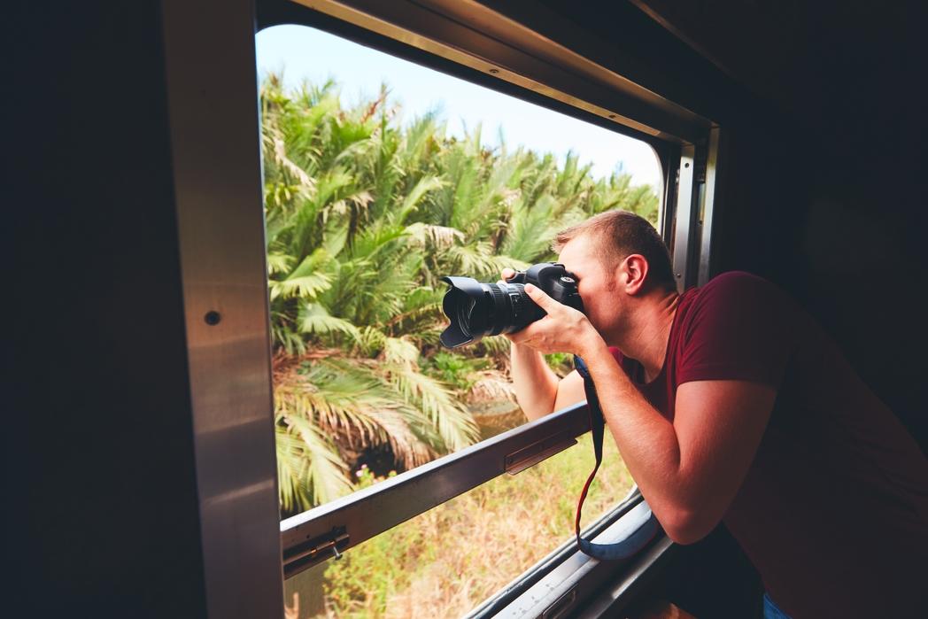 Ταξιδιώτης τραβά φωτογραφίες σε ένα εξωτικό ταξίδι με τρένο