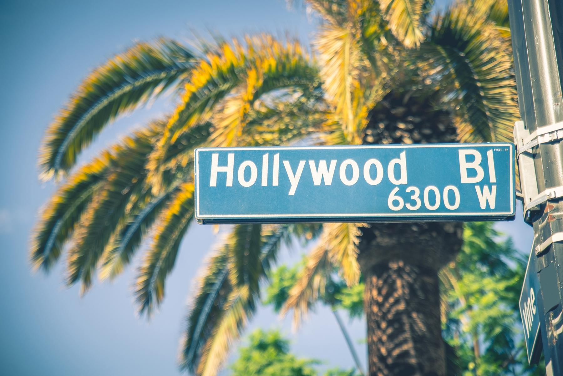 Дорожный знак в Голливуде, где разворачивается действие следующего фильма