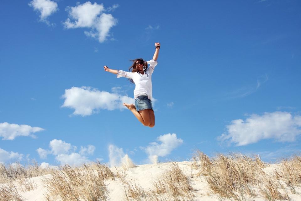 Mια κοπέλια πηδάει ψηλά σε παραλία της Αυστραλίας