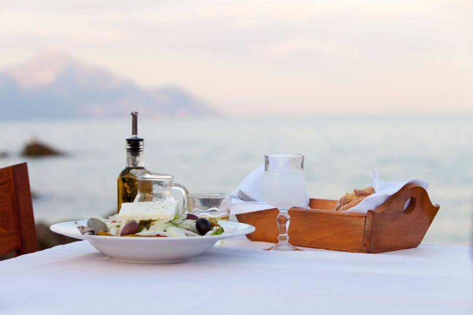 Χωριάτικη σαλάτα και ουζάκι με φόντο τη θάλασσα - οι διακοπές στην Κάλυμνο σημαίνουν καλό φαγητό και χαλάρωση