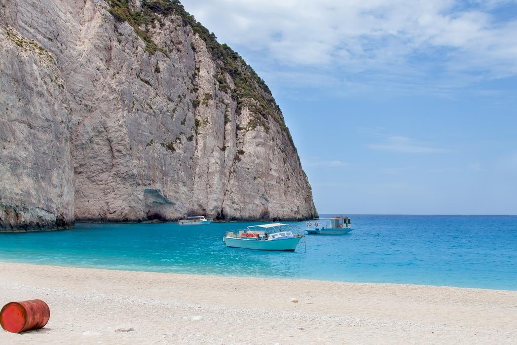 Mία απ' τις πιο εντυπωσιακές παραλίες στη Μήλο