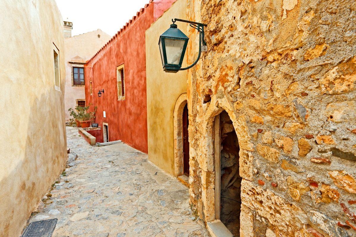 Τα γραφικά στενά της Μονεμβασιάς, ενός απ' τα ομορφότερα χωριά της Ελλάδας