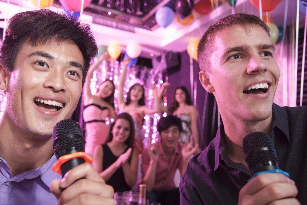 Δύο νεαροί τραγουδάνε καραόκε