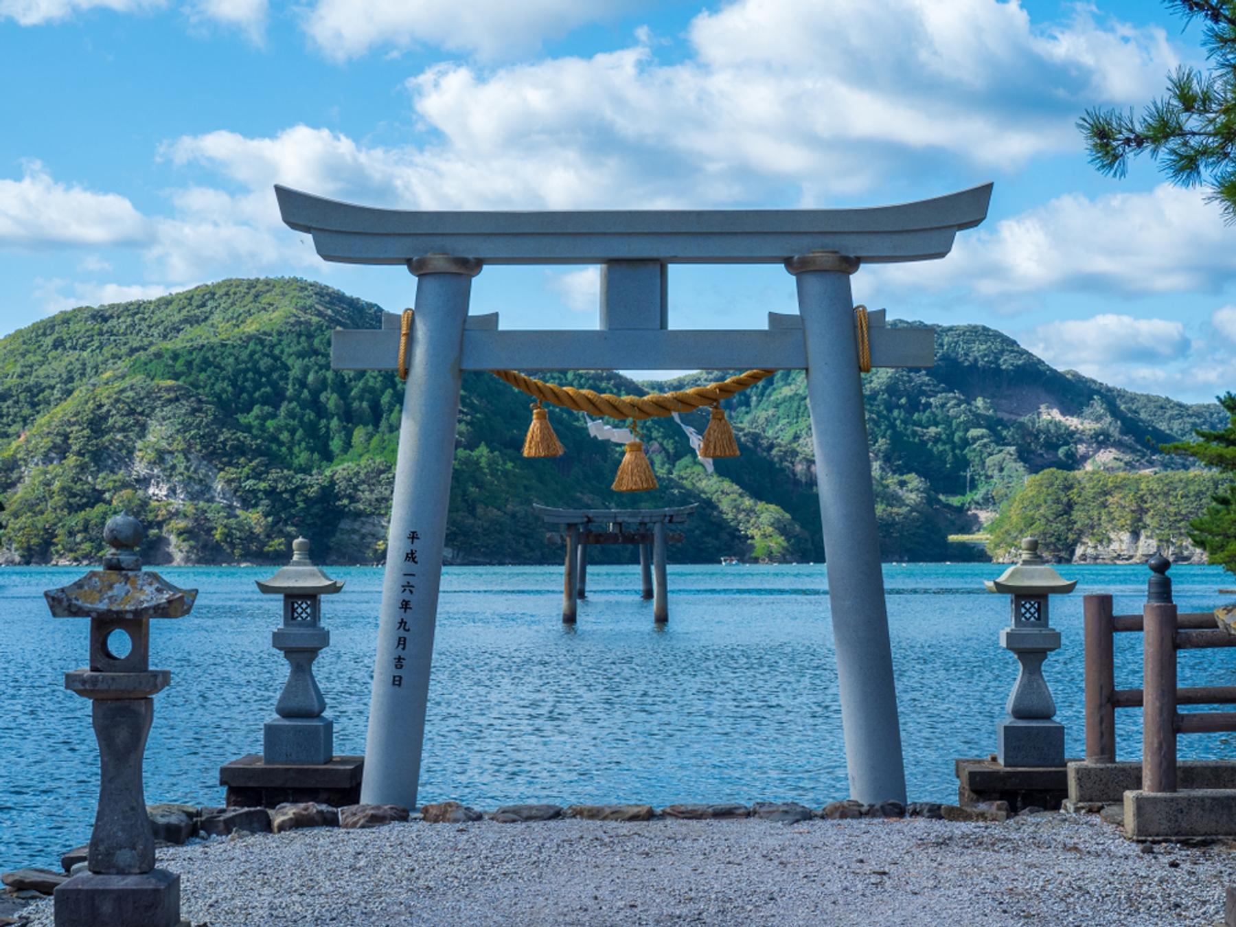 長崎県 海中にそびえ立つ和多都美神社の鳥居