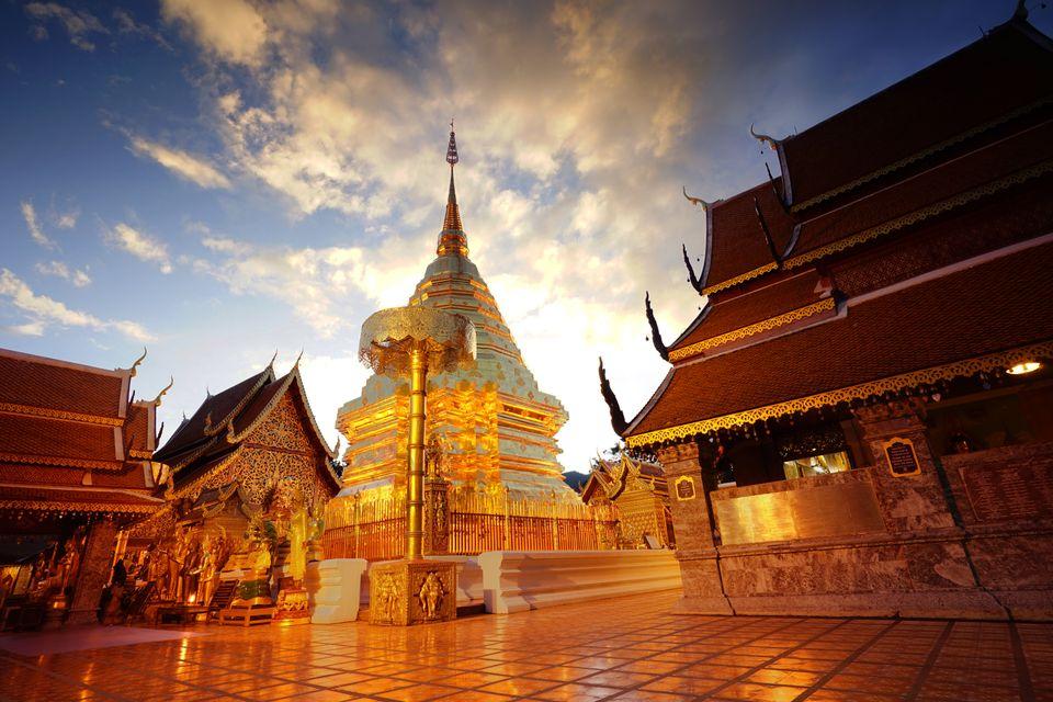 Περίτεχνος ναός με χρυσές λεπτομέρειες το ηλιοβασίλεμα, Τσιανγκ Μάι, Ταϊλάνδη