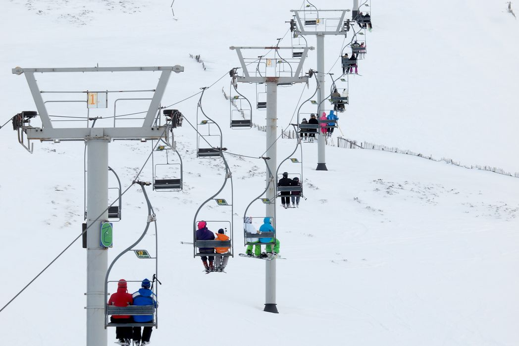 Eναέριοι αναβατήρες μεταφέρουν κόσμο στο χιονισμένο βουνό