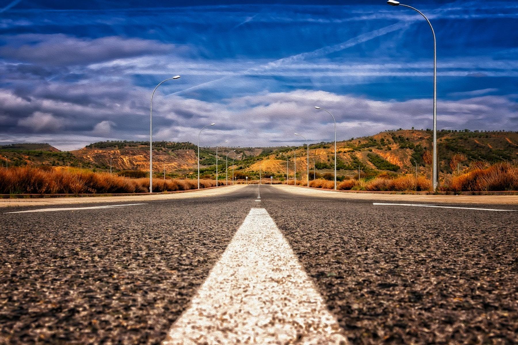 Asfalto y paisaje de secano en España. Ruta de la Vía de la Plata