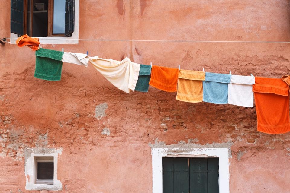laundry tvätt på häng aprikos vägg i bakgrunden
