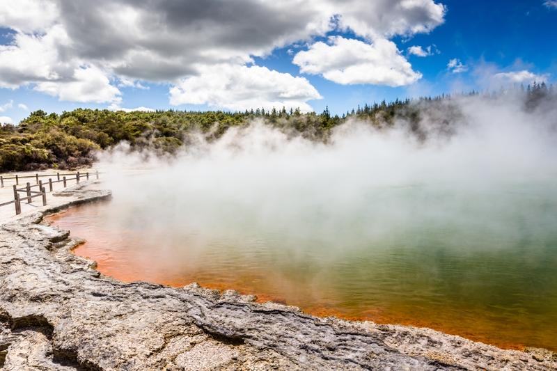 Термальная долина Уаи-О-Тапу клокочет кипятком в Роторуа в Новой Зеландии