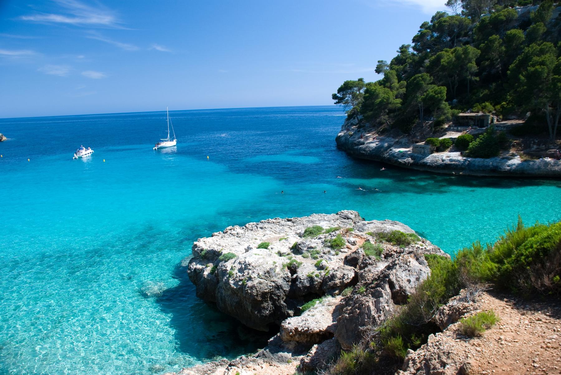 Cala Mitjana, en la provincia de Felanitx, una de las calas imperdibles de Mallorca