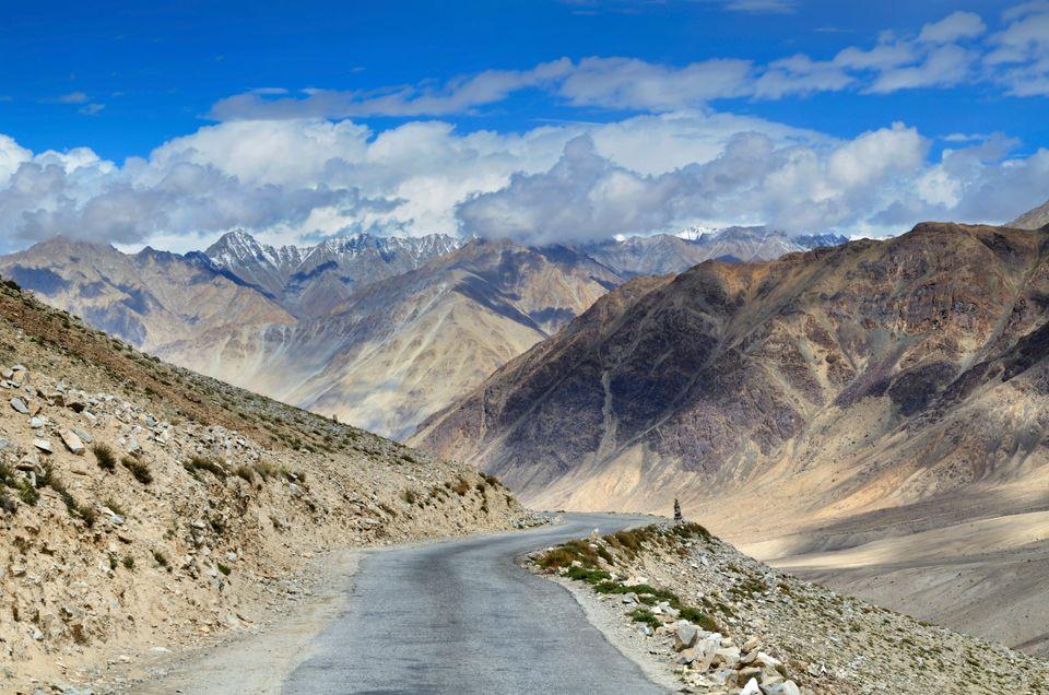 живописная горная дорога на севере Индии