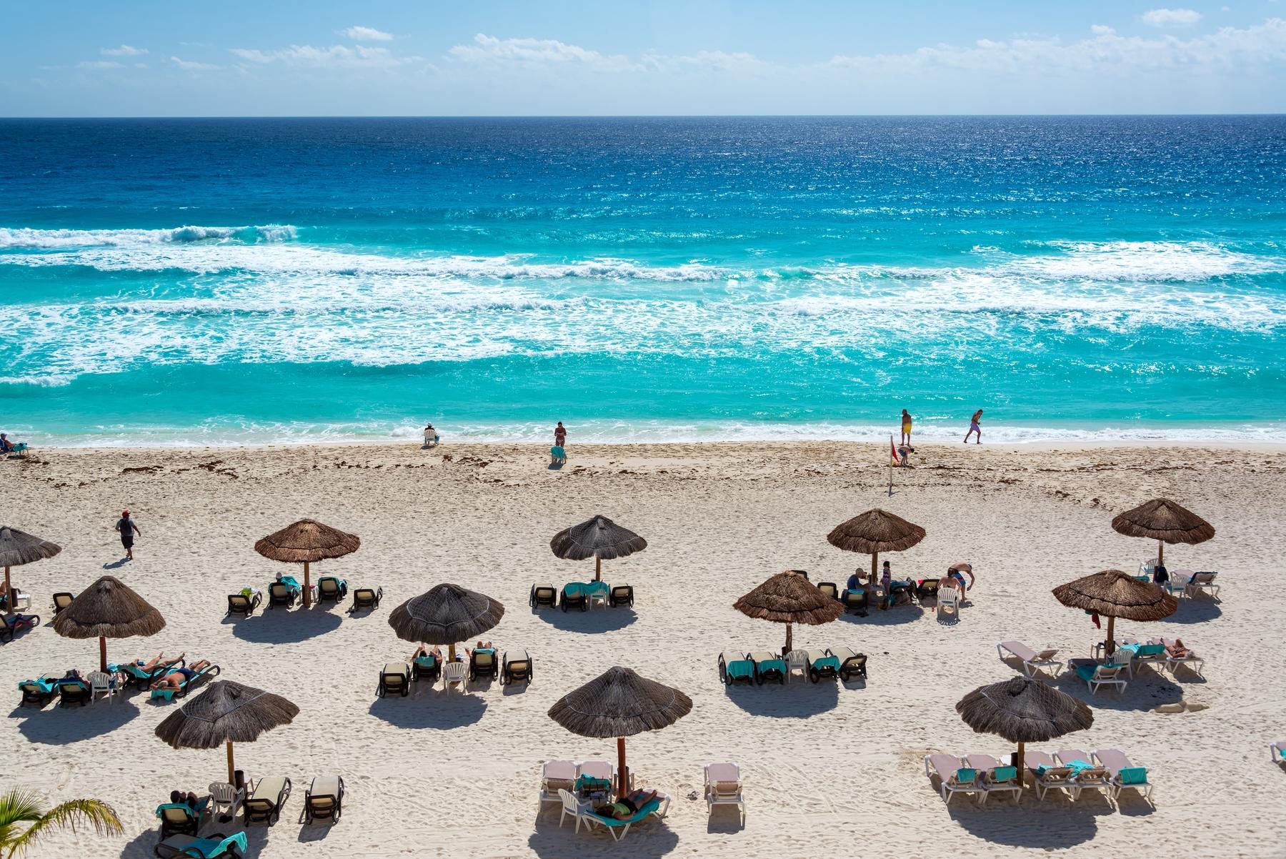 Beira da praia de Cancún com o mar azul celeste visto de cima.