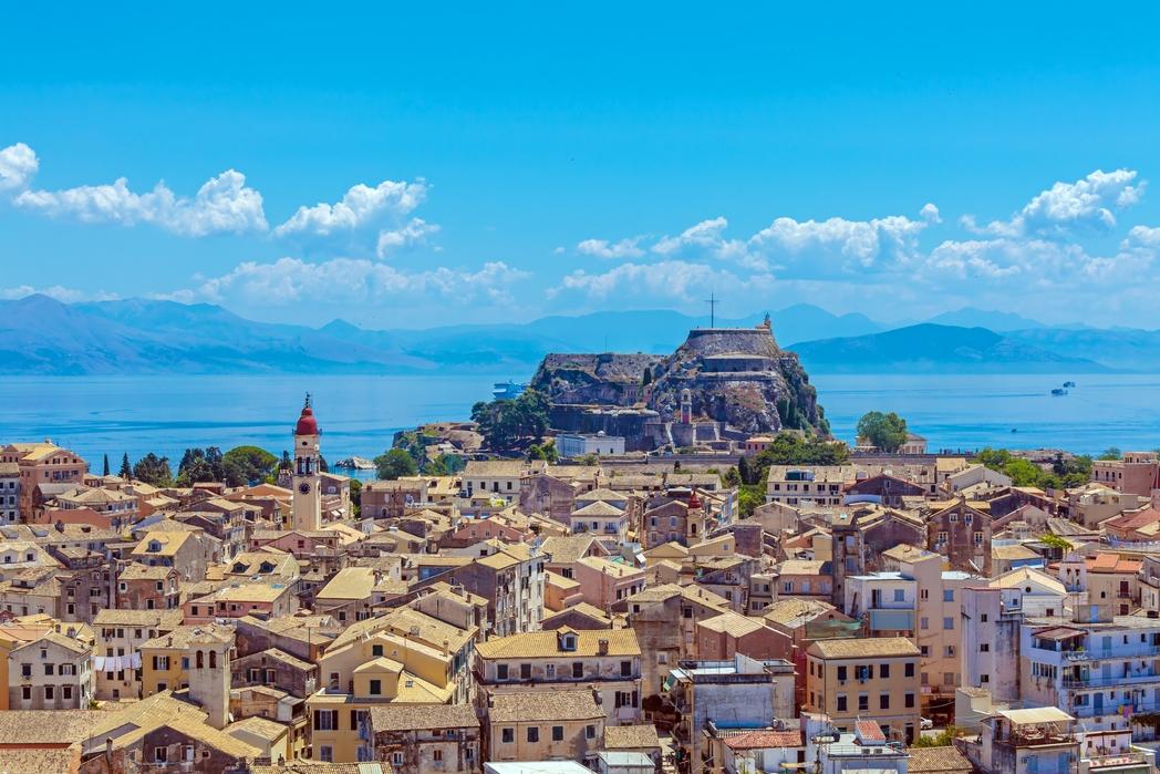 Η Παλιά Πόλη της Κέρκυρας από ψηλά, με τη θάλασσα στο φόντο - πού να πάτε διακοπές το Πάσχα στην Ελλάδα