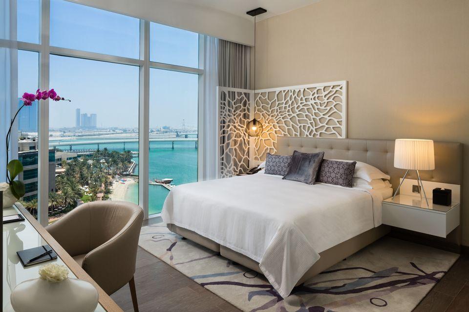Beach Rotana Abu Dhabi'de deniz manzaralı oda