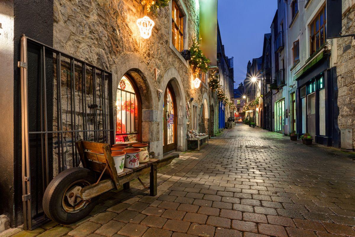 H πόλη του Γκάλγουει τη νύχτα  - εναλλακτικά ταξίδια στην Ευρώπη