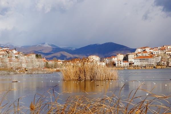 Θέα της λίμνης της Καστοριάς.
