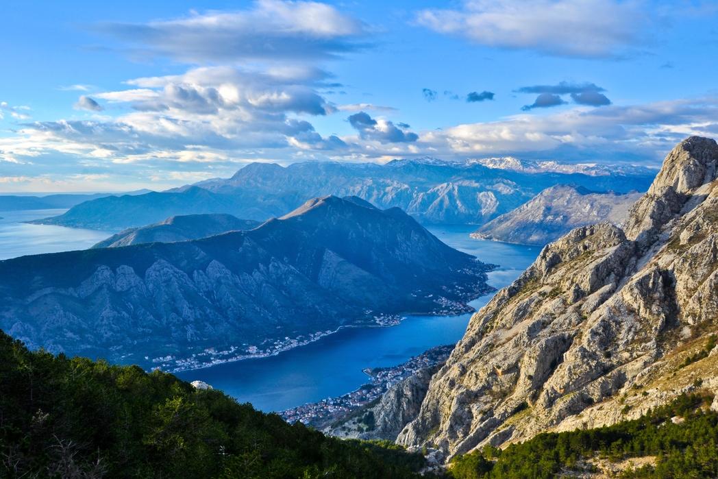 Το φιόρδ του κόλπου του Κότορ στο Μαυροβούνιο από ψηλά.