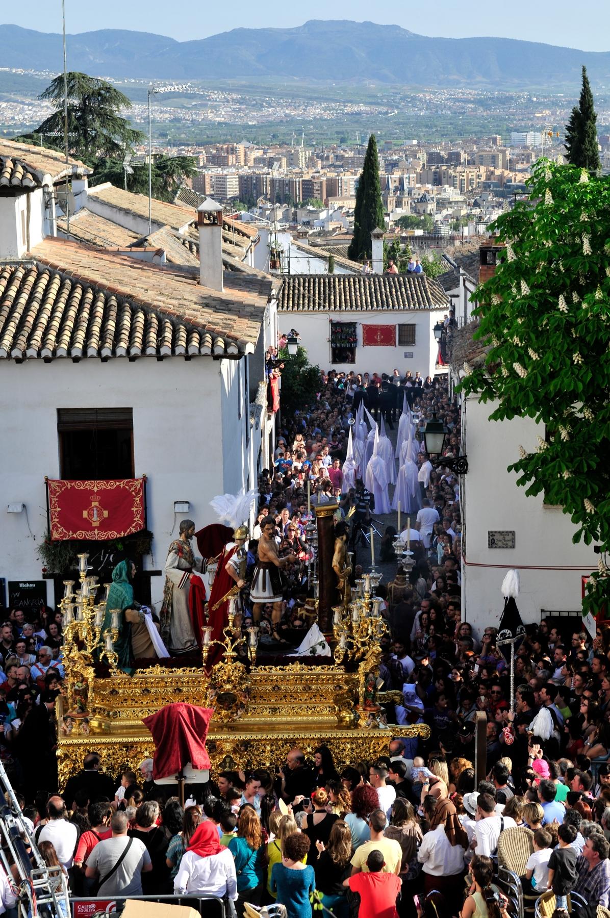 Vistas de la plaza de San Miguel Bajo en el Albaycín a la salida del Cristo del Perdón © Bisual Studio