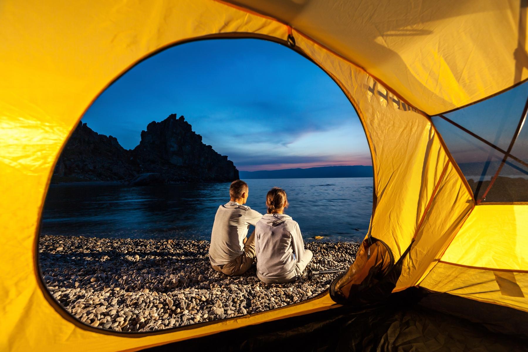 Кемпинг в России: палатка на берегу озера Байкал