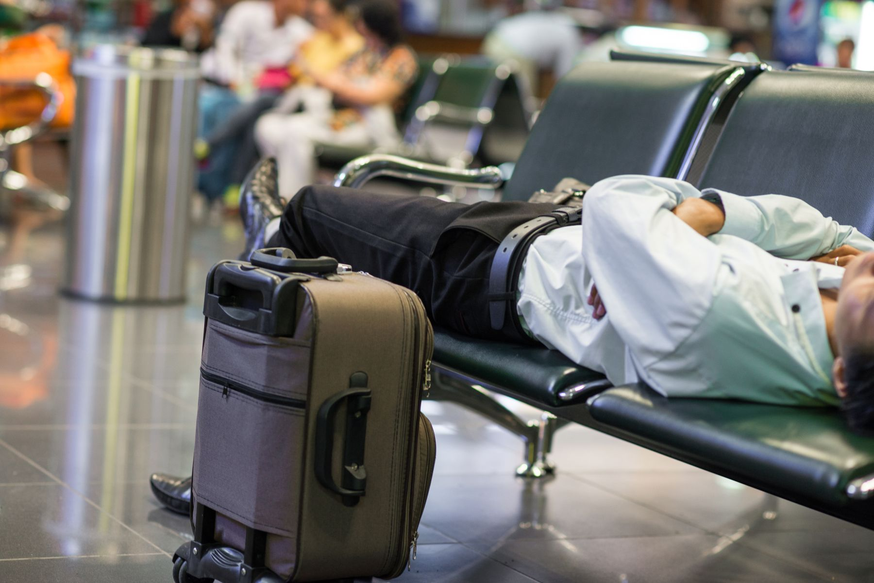 A veces los vuelos con retraso pueden hacerte vivir situaciones difíciles: infórmate de cuáles son tus derechos como viajero.