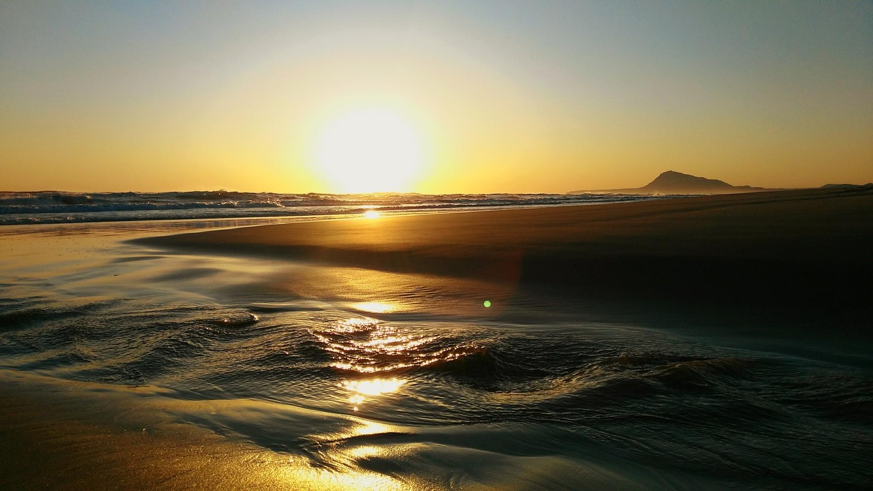 La playa de La Oliva es semiurbana y no tiene paseo marítimo.