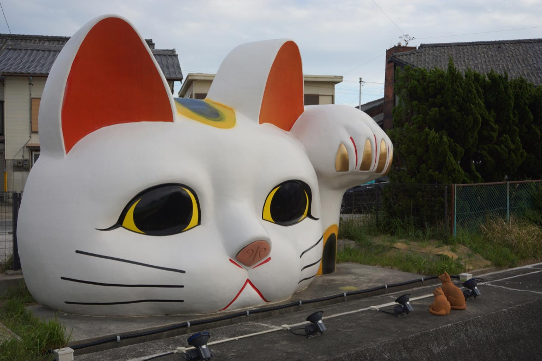 愛知県 とこなめ招き猫通りに鎮座する巨大招き猫