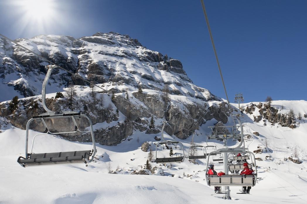 Εναέριο lift μεταφέρει σκιέρ στο βουνό.