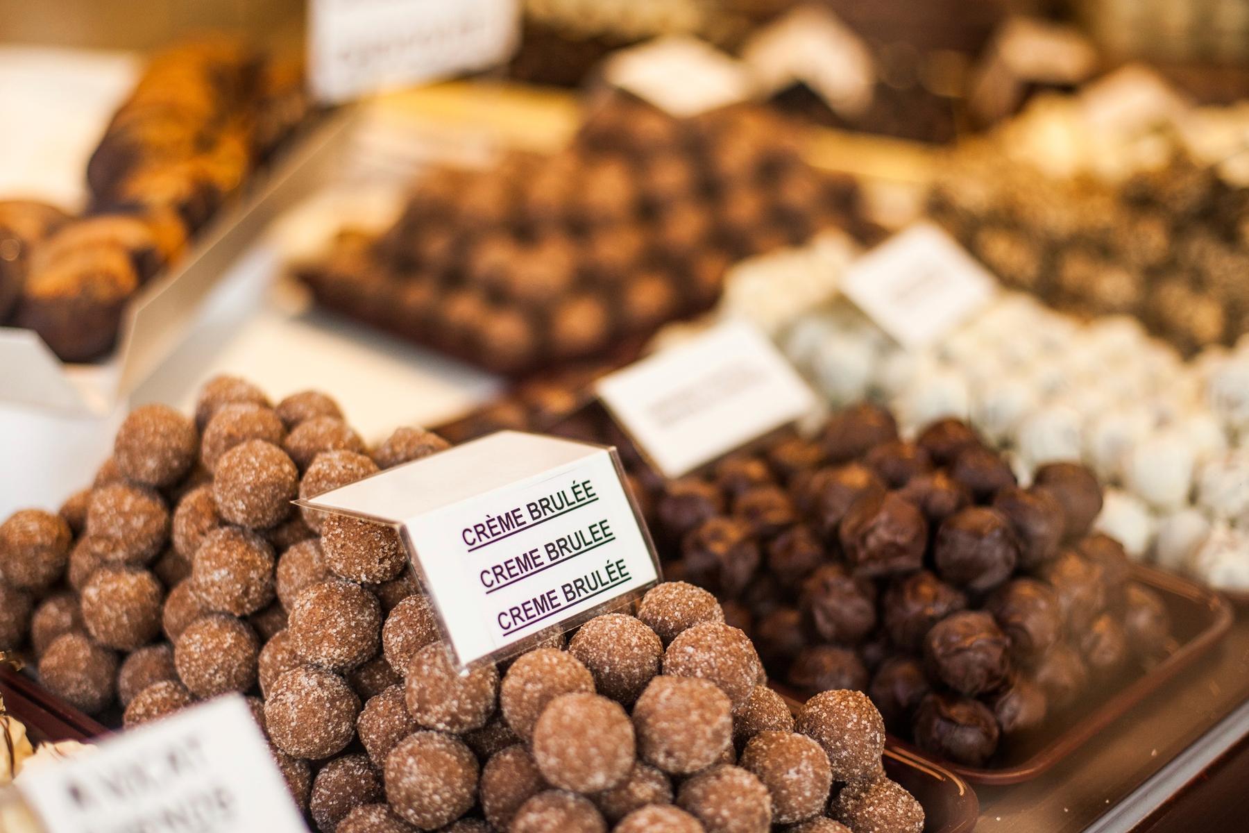 Бельгийские шоколадные трюфели с разными вкусами на витрине магазина.