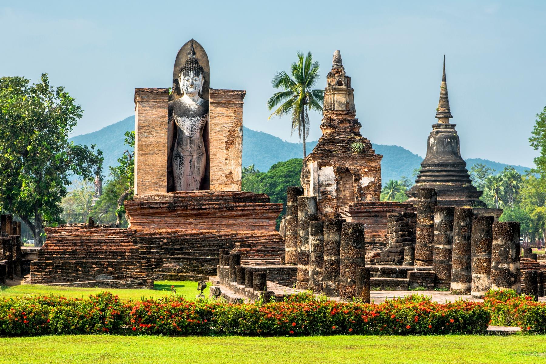 Статуя стоячего Будды на территории вата Махатхат в Таиланде