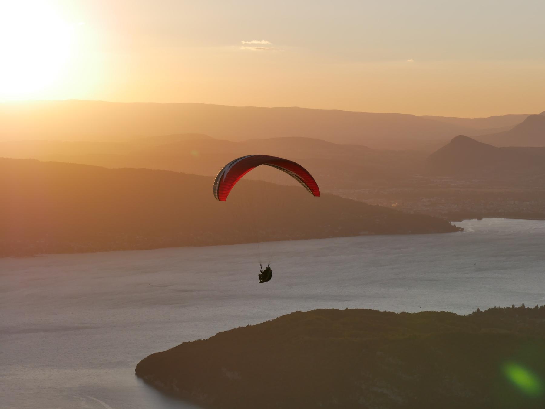 Une session de parapente au-dessus du lac d'Annecy.