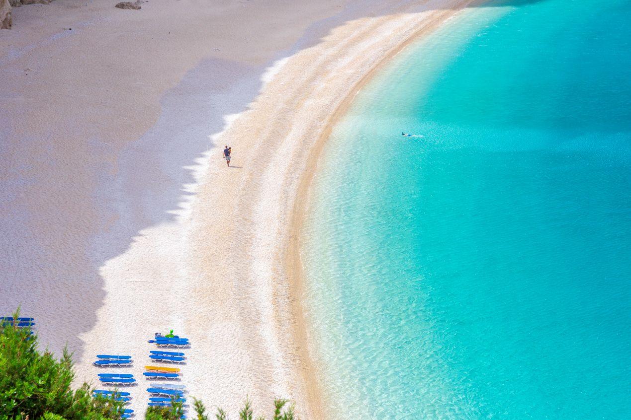 Молодая семья любит отдыхать на нудиском пляже