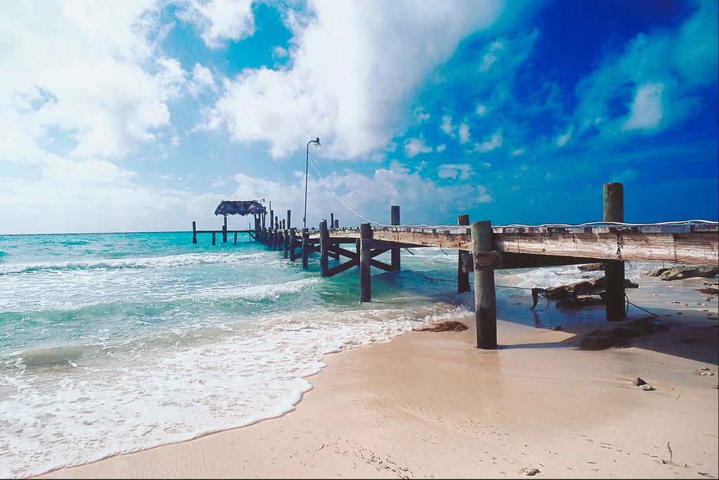 Εξέδρα σε παραλία στις Μπαχάμες - Πού να πάτε ταξίδι τον Δεκέμβριο