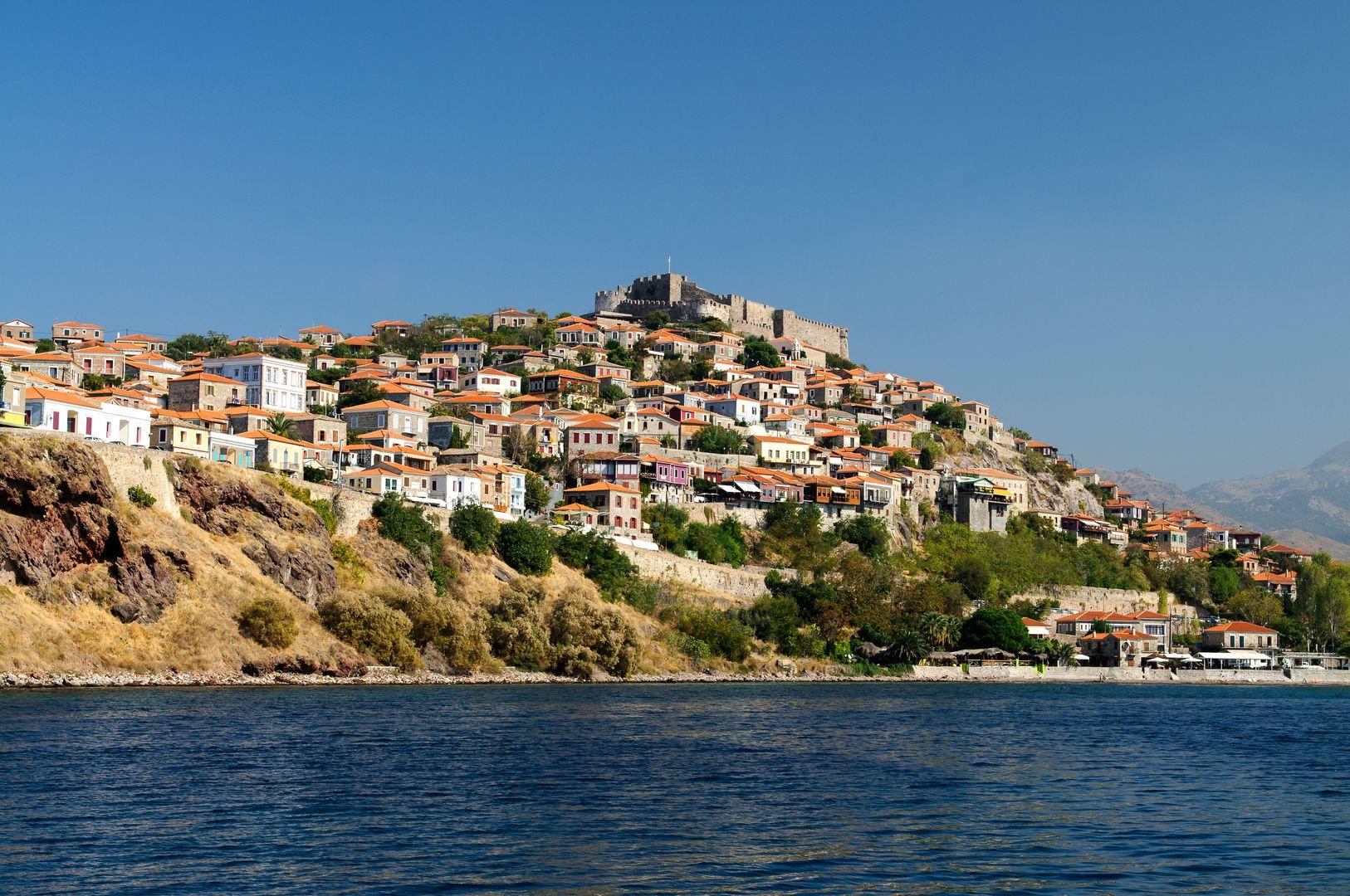 Ο Μόλυβος με το κάστρο του είναι ένα απ' τα ελληνικά χωριά που ξεχωρίζουν. Φωτογραφία τραβηγμένη από τη θάλασσα