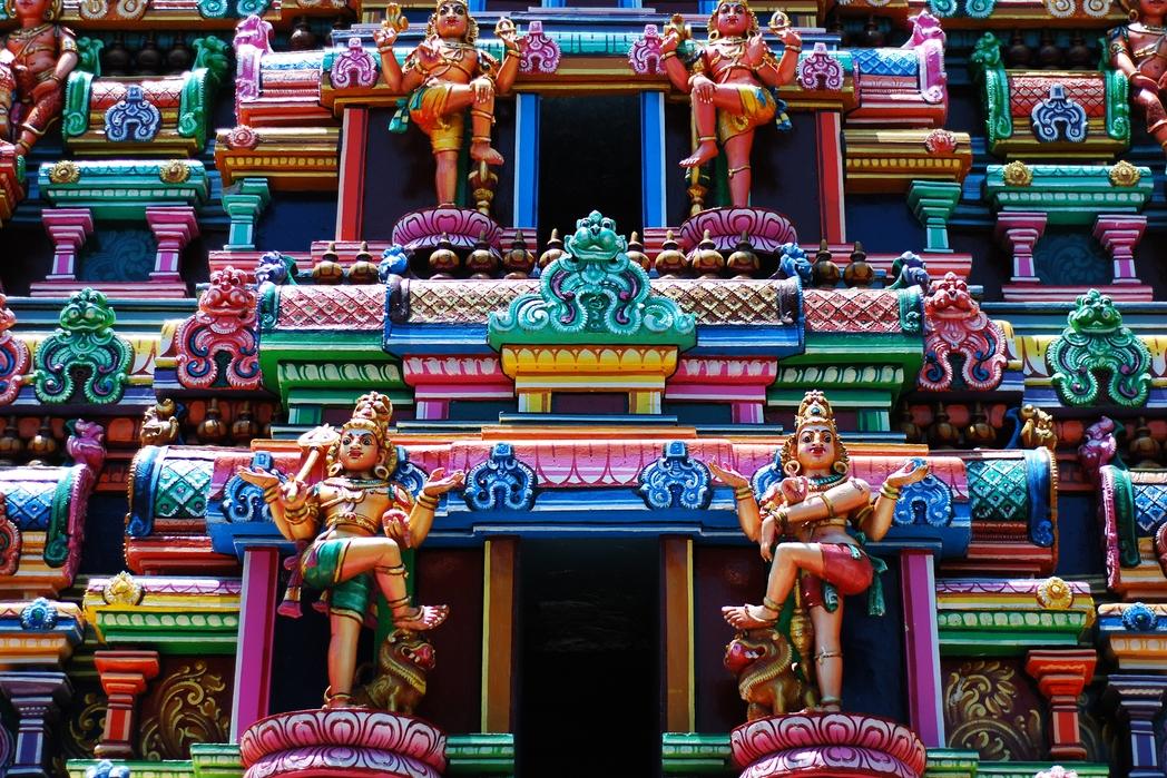 Hindistan'da rengarenk bir tapınak