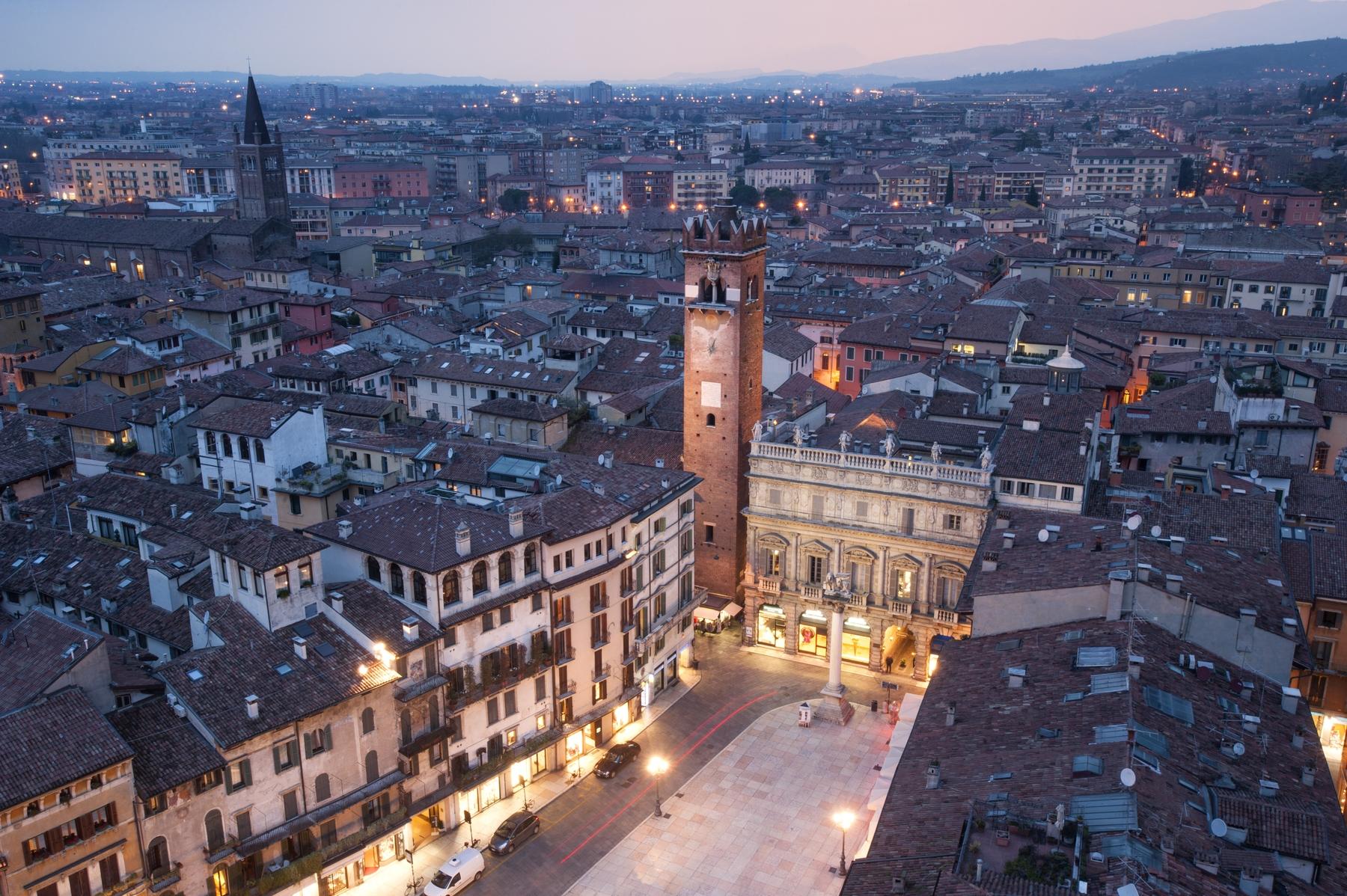 Пьяцца делле Эрбе в Вероне с высоты башни Ламберти.