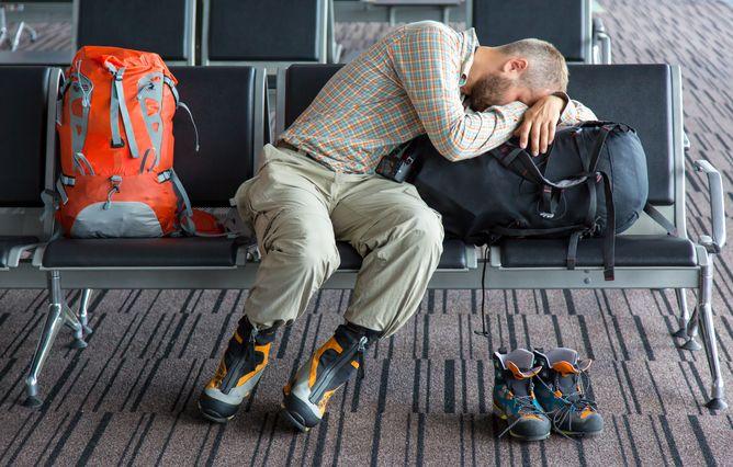 Пассажирка спит в транзитной зоне аэропорта