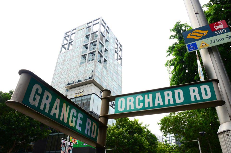 Πινακίδα δείχνει τον δρόμο προς τον Orchard Road - ο τοπ προορισμός για ψώνια στη Σιγκαπούρη