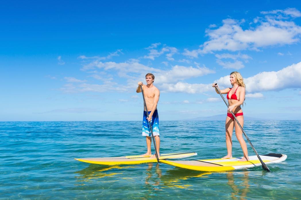 Ζευγάρι κάνει κουπί σε σανίδα θαλάσσης - προτάσεις και tips για τουρισμό υγείας το 2020