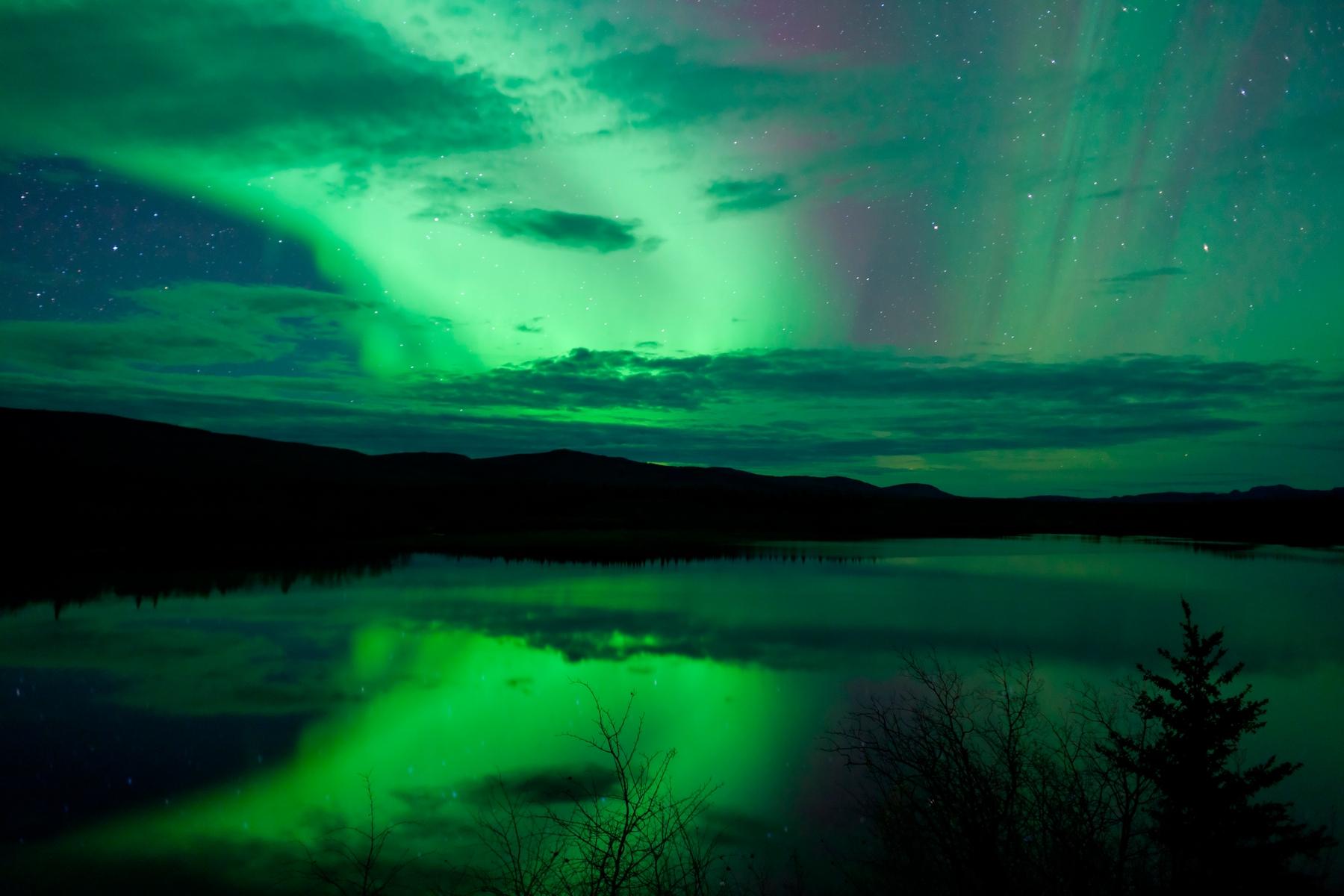 Магическое северное сияние без городской засветки можно увидеть не только в Норвегии или Исландии, но и в России