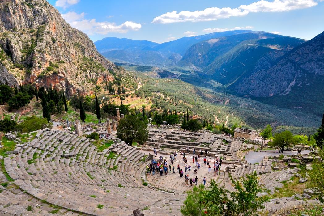Η θέα στο δελφικό τοπίο από το Αρχαίο Θέατρο των Δελφών - 12 must στάσεις σε μια εκδρομή στον Παρνασσό