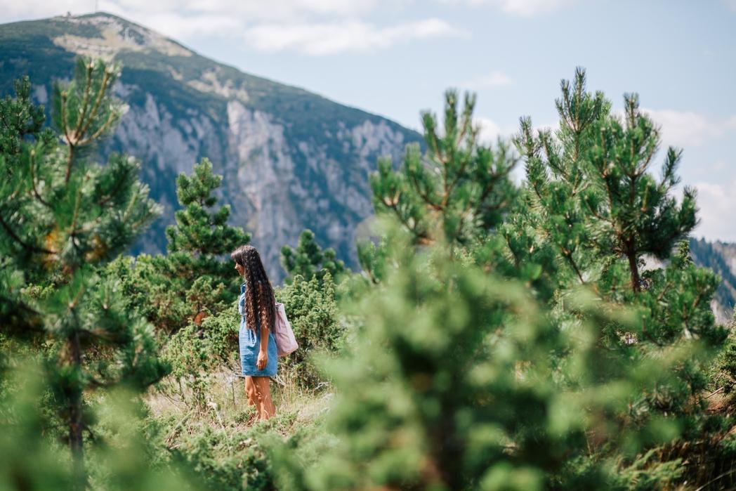 Ταξιδιώτρια σε πεζοπορία στο πάρκο Durmitor - ταξίδι στο Μαυροβούνιο